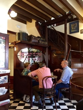 På Café la Lonja är det alltid något samtal på gång.